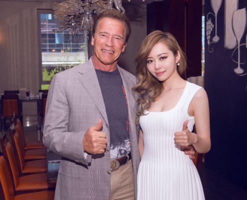 Jane Zhang e Arnold Schwarzenegger